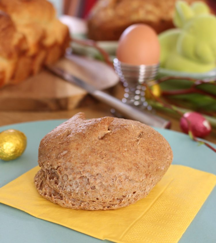 Speltbroodje zelfgemaakt op een paastafel