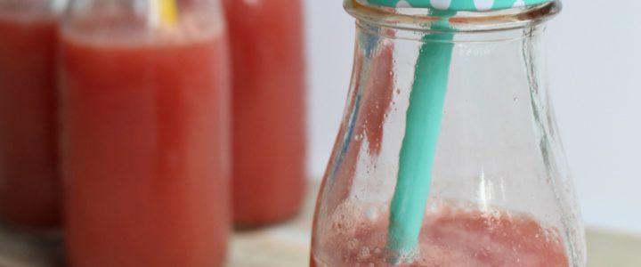Verfrissende juice van watermeloen, druiven en limoen