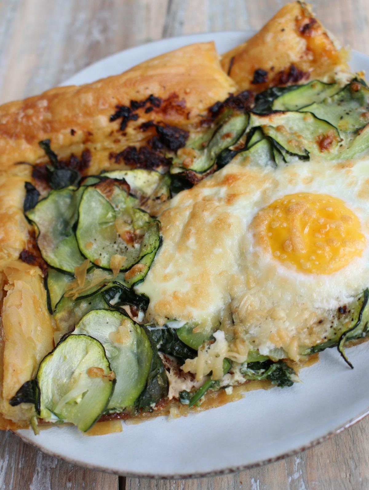 Plaattaart met courgette, spinazie en ei