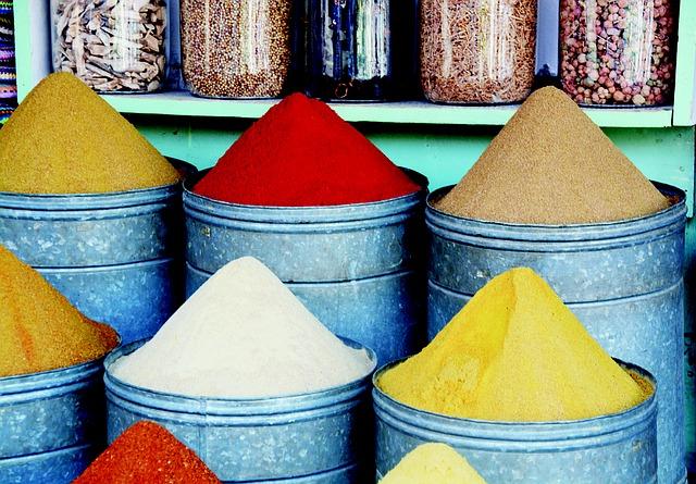 Tonnen met gekleurde kruiden