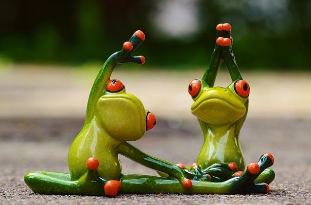 kikker beeldjes die yoga doen