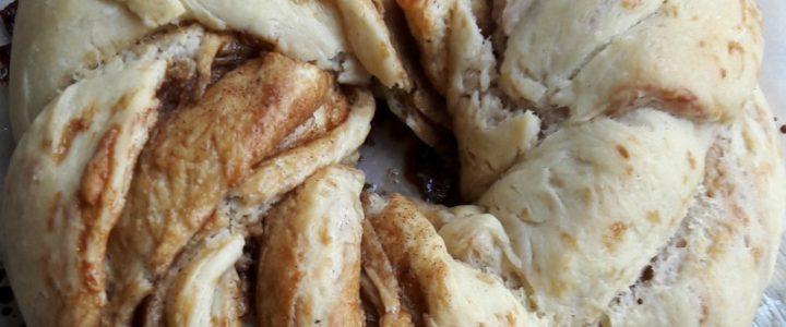 Vlechtbrood met kaneel en suiker