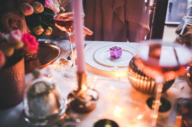 afbeelding van feestelijk gedekte tafel