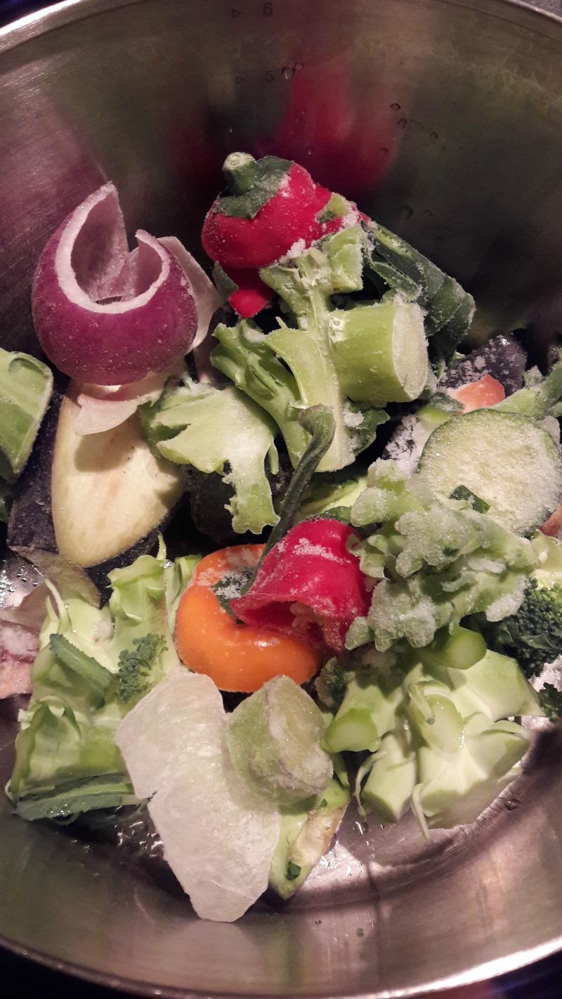 Groenten in pan om groentenbouillon te maken