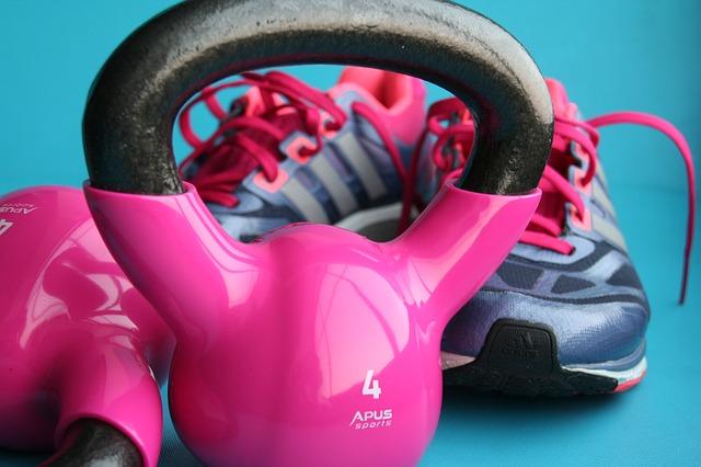 afbeelding sportschoenen en gewichten