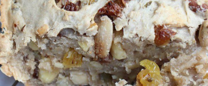 Zelfgemaakte noten-rozijnenbrood