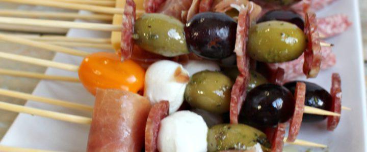Gezonde spies met kaas, olijf, tomaat, serranoham