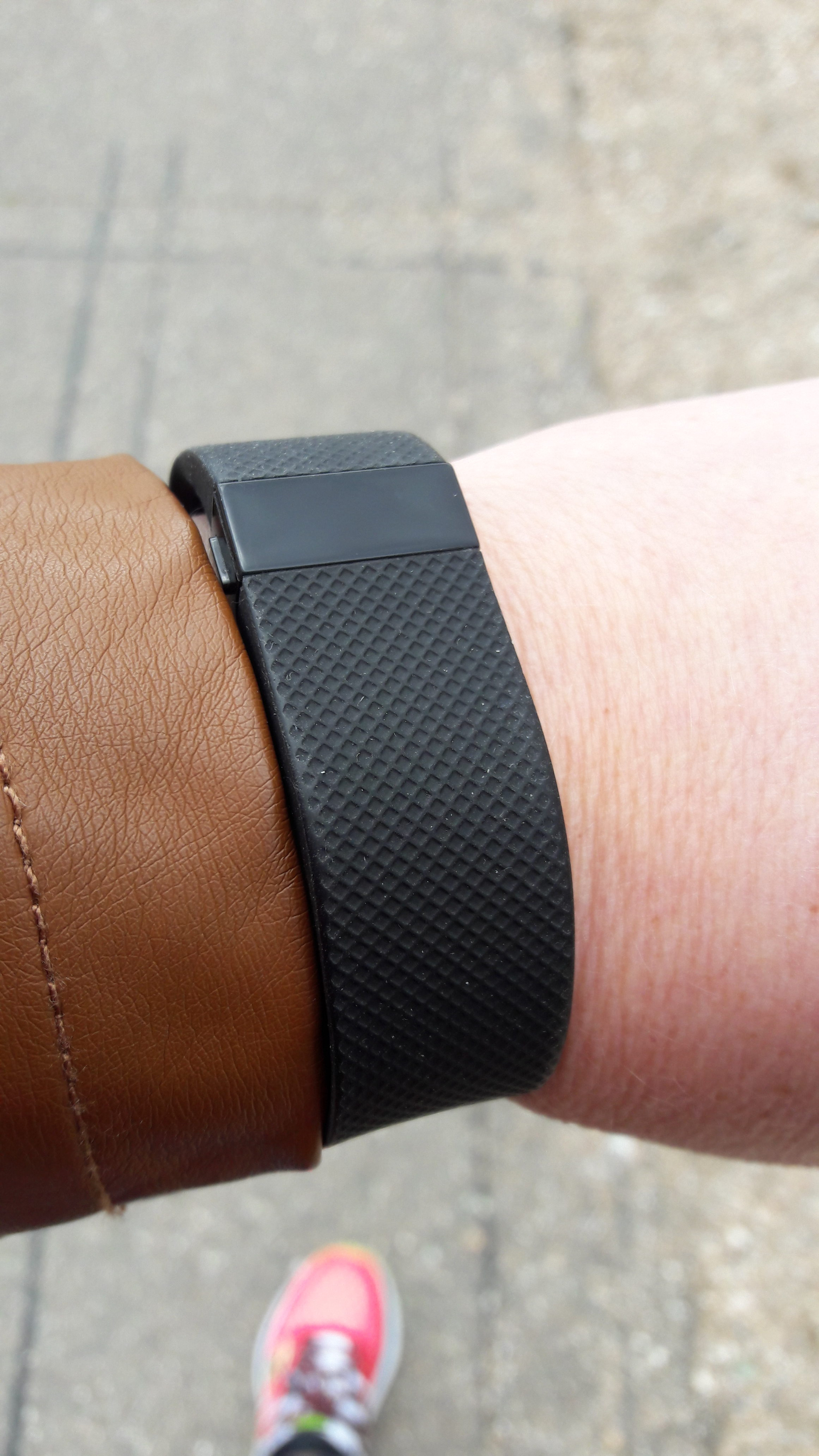 Fitbit tracker om de arm