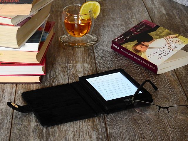 boek, ereader en theeglas