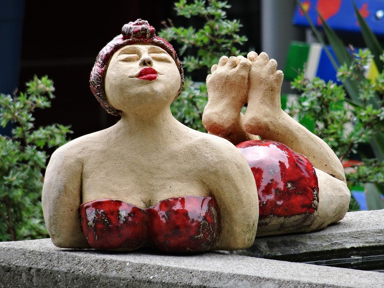 beeld van liggende vrouw
