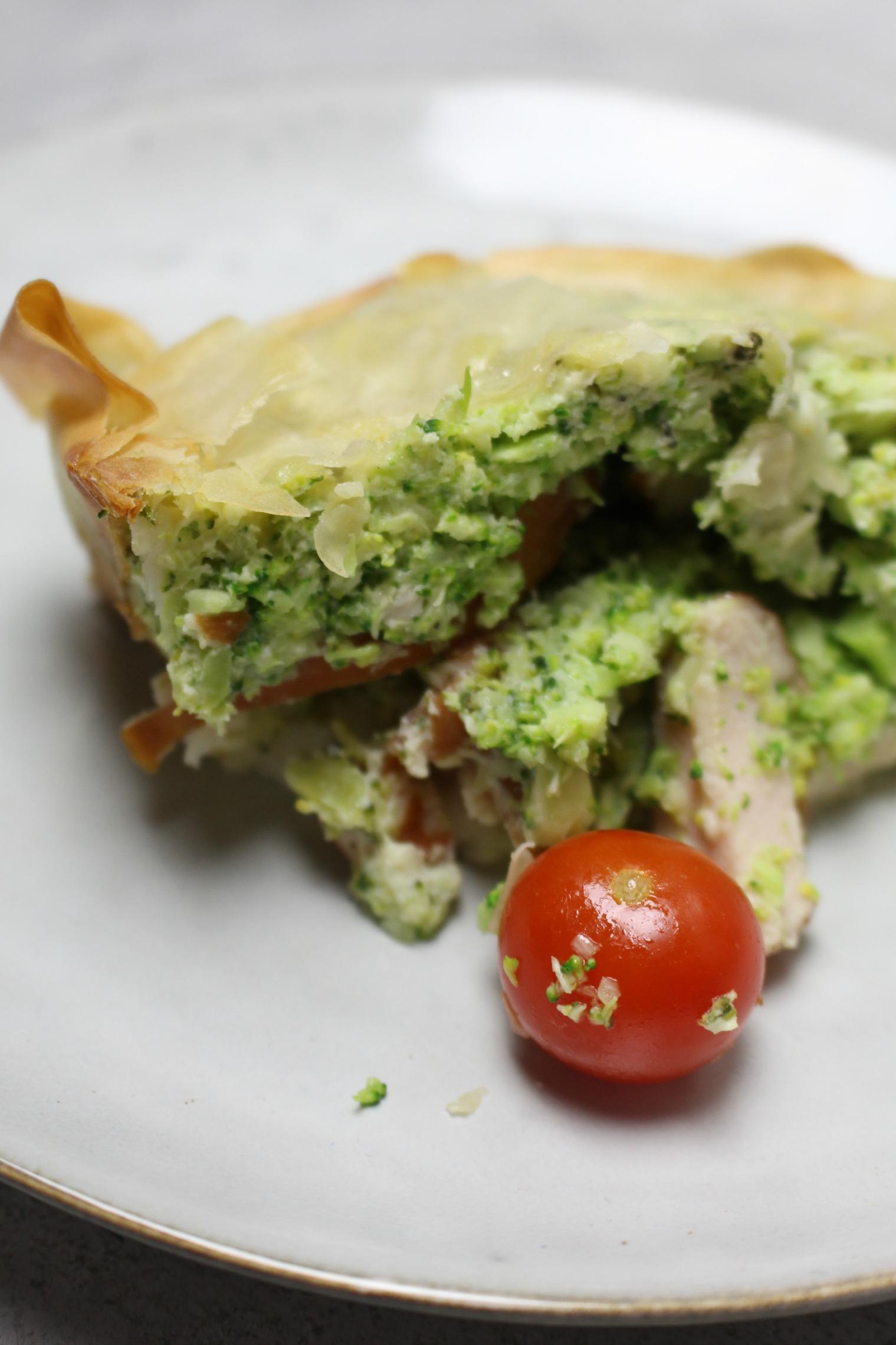 Broccolicake met tomaatjes en gerookte kip