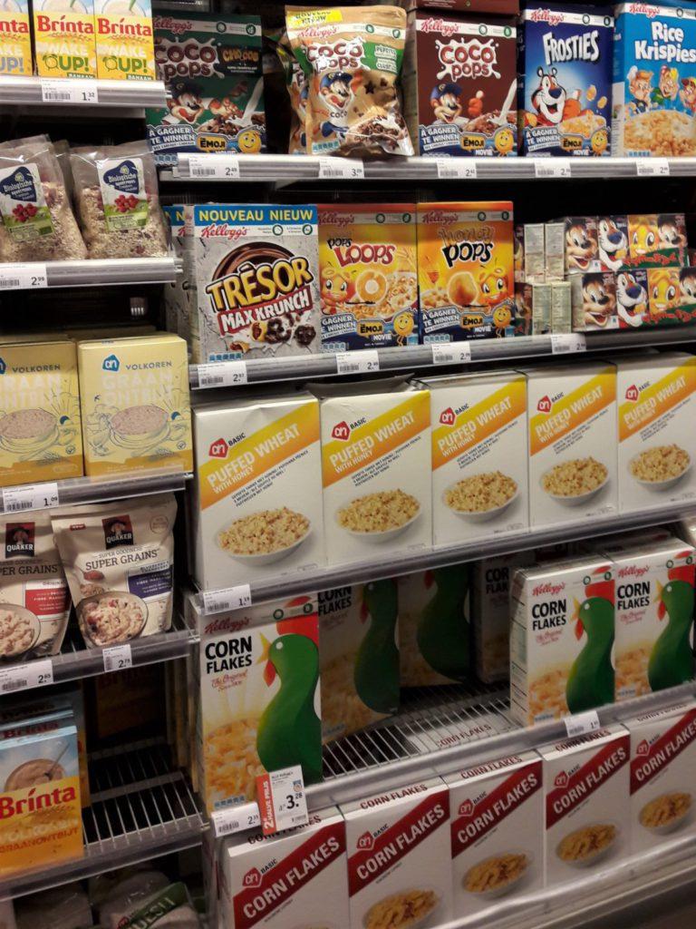 schap in supermarkt met ontbijt granen