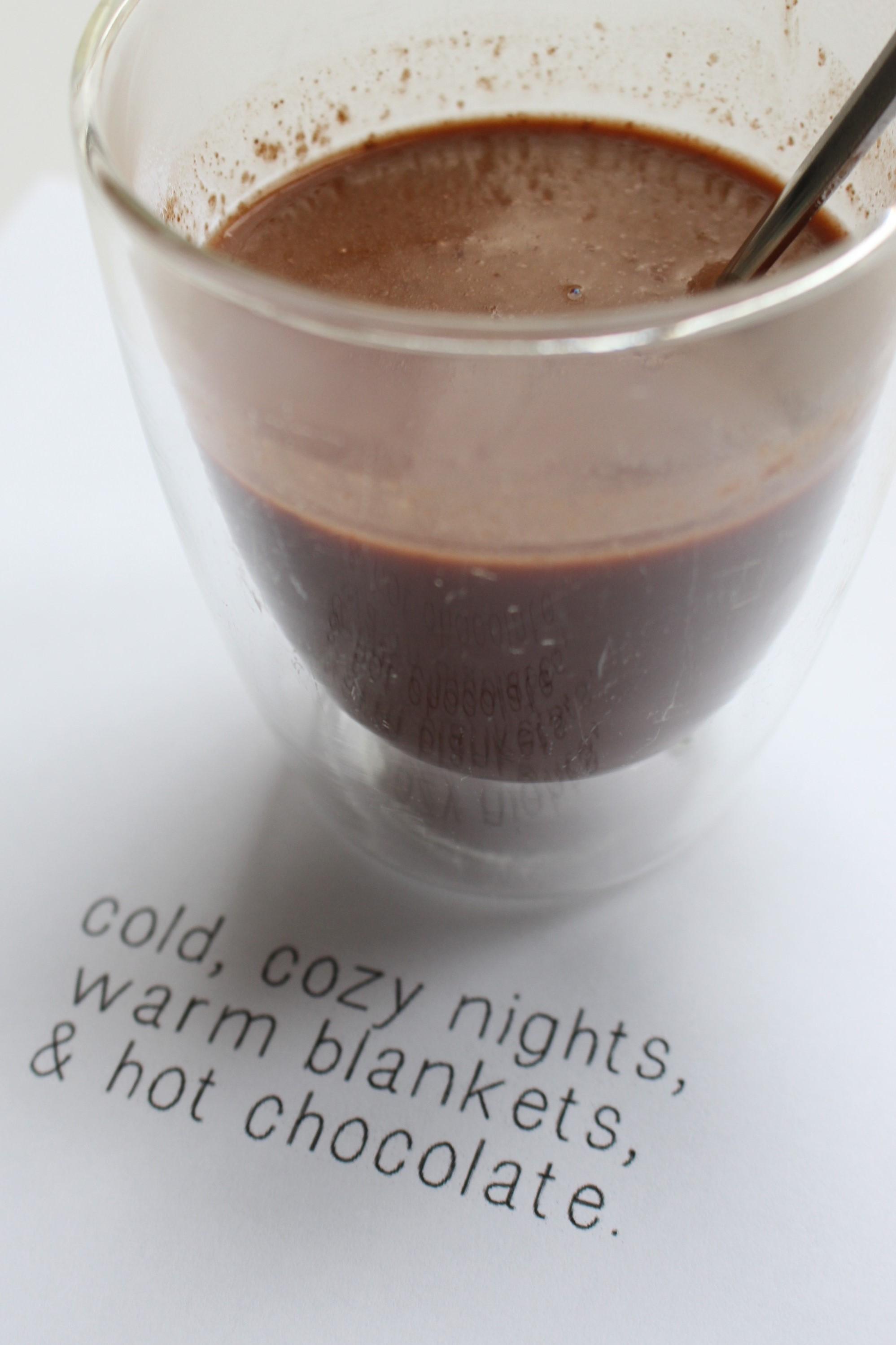 zelf gemaakte chocolademelk met de quote cold, cozy nights, warm blankets, & hot chocolate