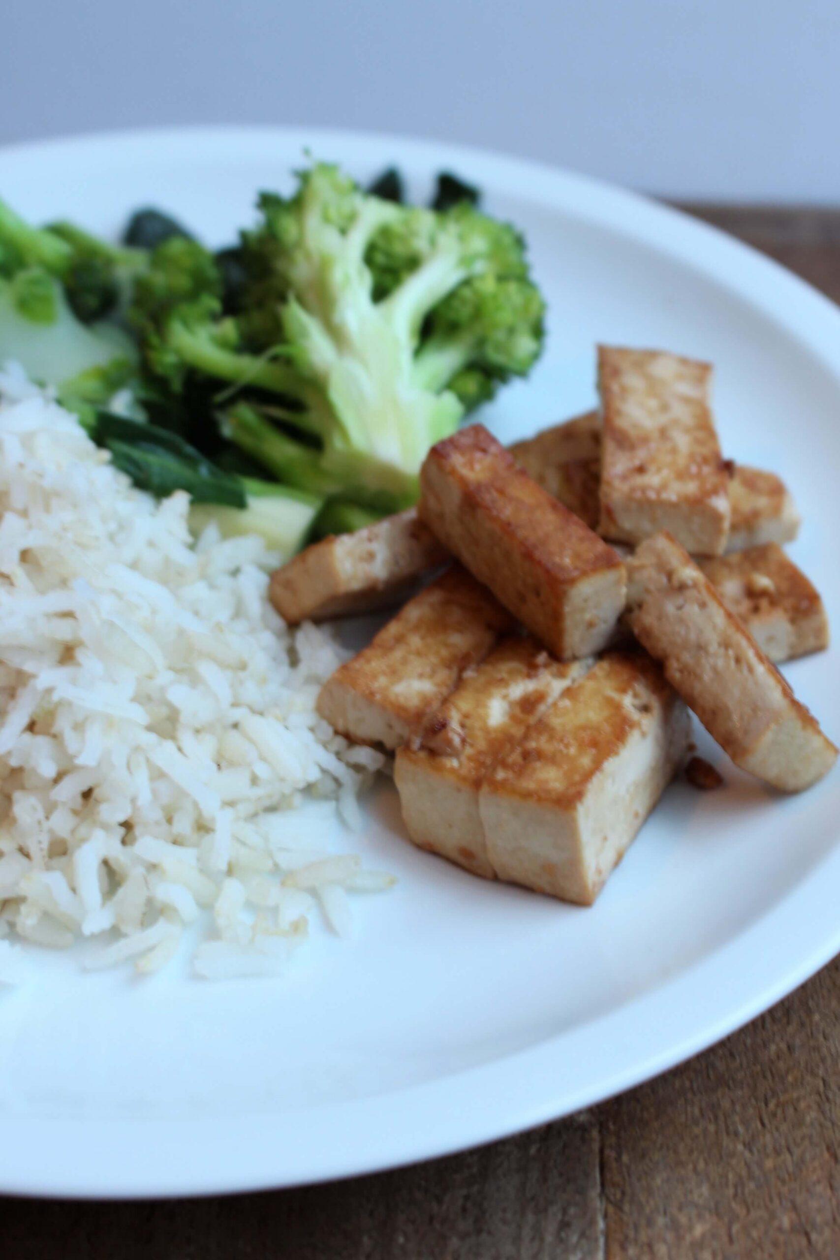 Gebakken tofureepjes met broccoli en paksoi