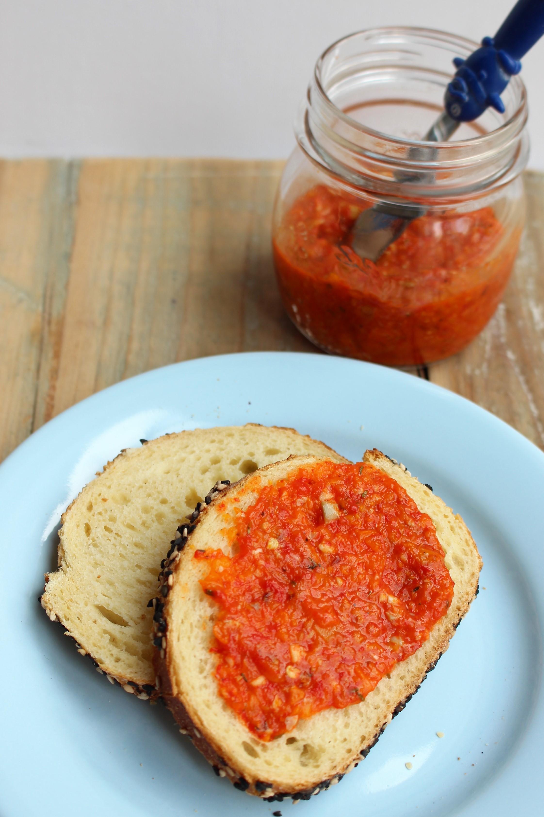 Broodje met zelfgemaakt paprikaspread