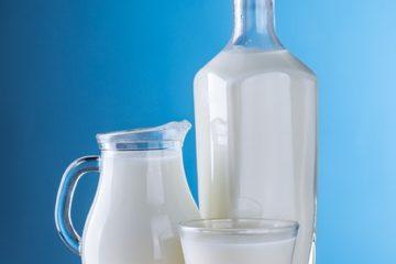 melk in een glas en een kan