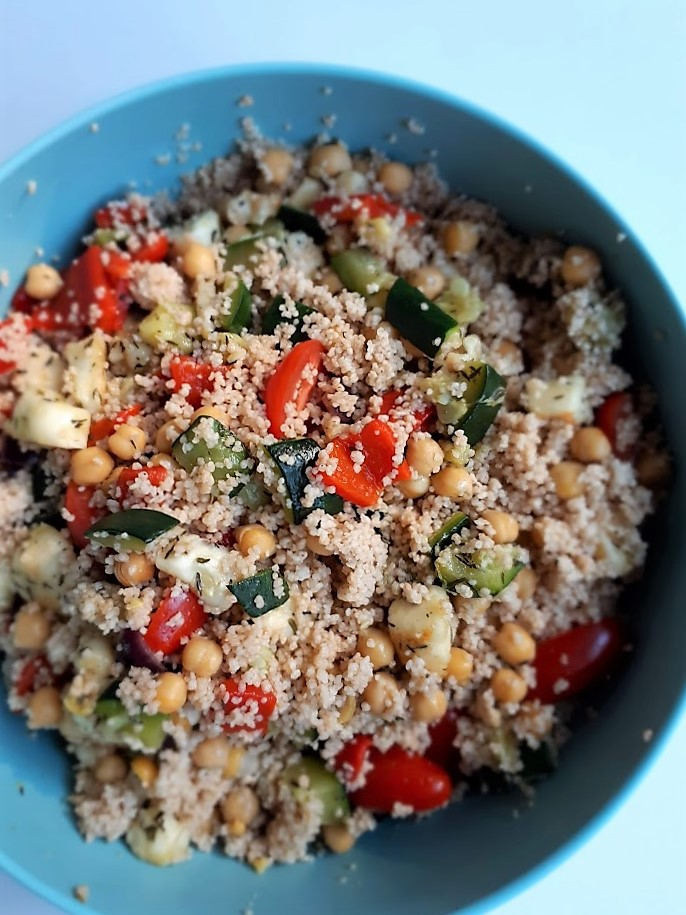 Vegetarische couscous met halloumi, courgette en kikkererwten