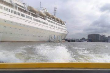 In de watertaxi met uitzicht op de SS Rotterdam
