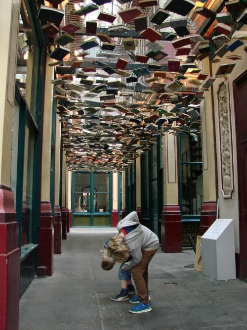 In leuk straatje in Londen met hangende boeken