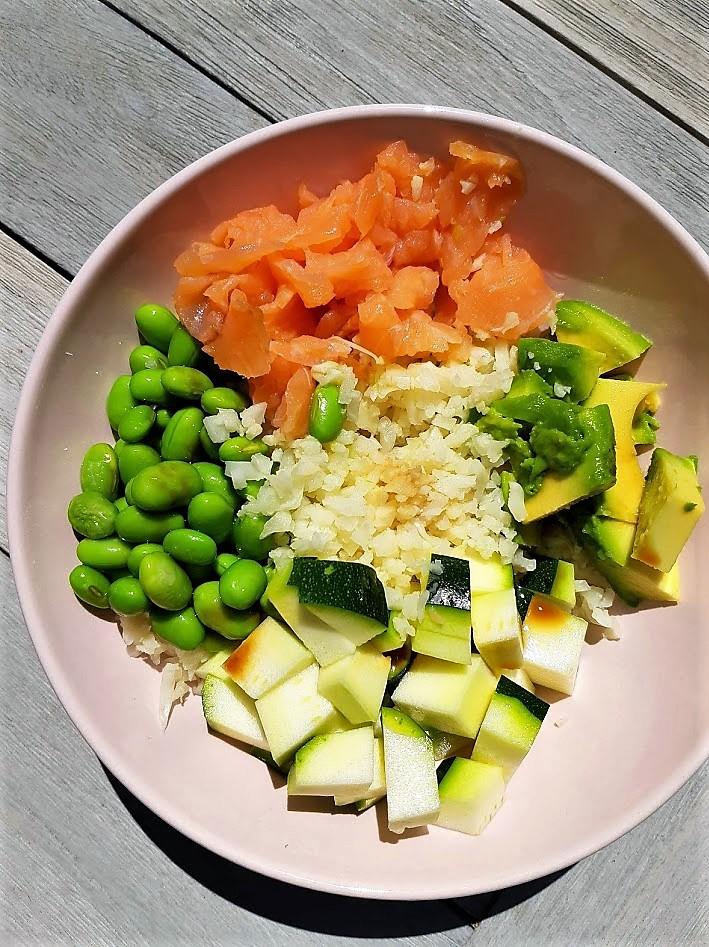 Gezonde bowl – bloemkoolrijst, avocado en zalm