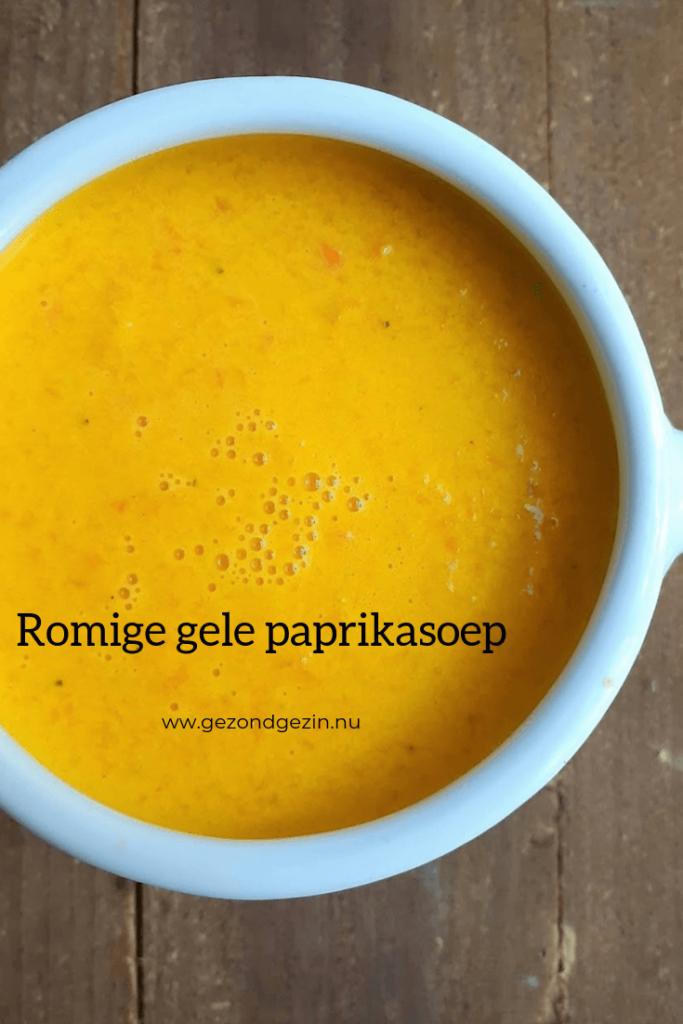 Romige gele paprikasoep in een kom