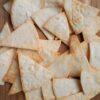 zelf gemaakte tortilla chips op een houten plank