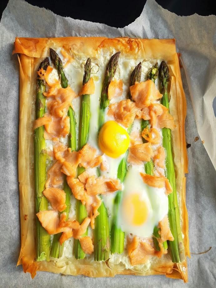 Plaattaart met asperges,  zalm en ei