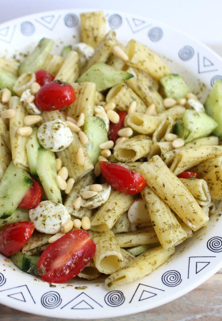 pastasalade tomaat komkommer en mozzarella