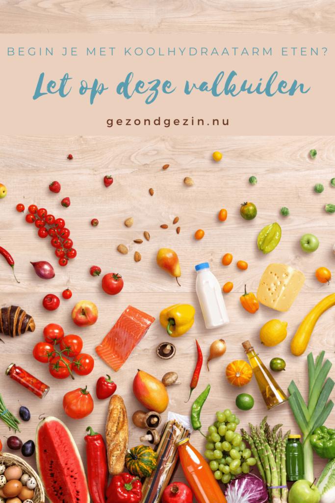 gekleurde voeding met de tekst let op deze valkuilen-koolhydraatarm-eten
