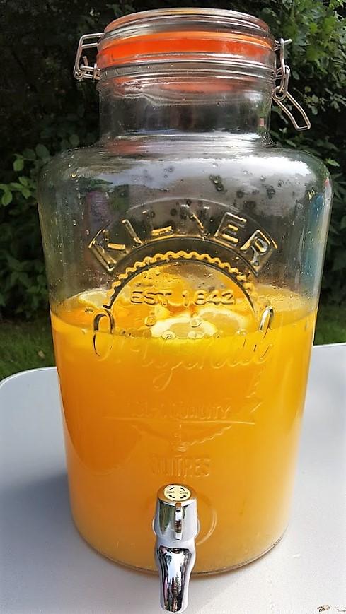 Limonade in een grote kan