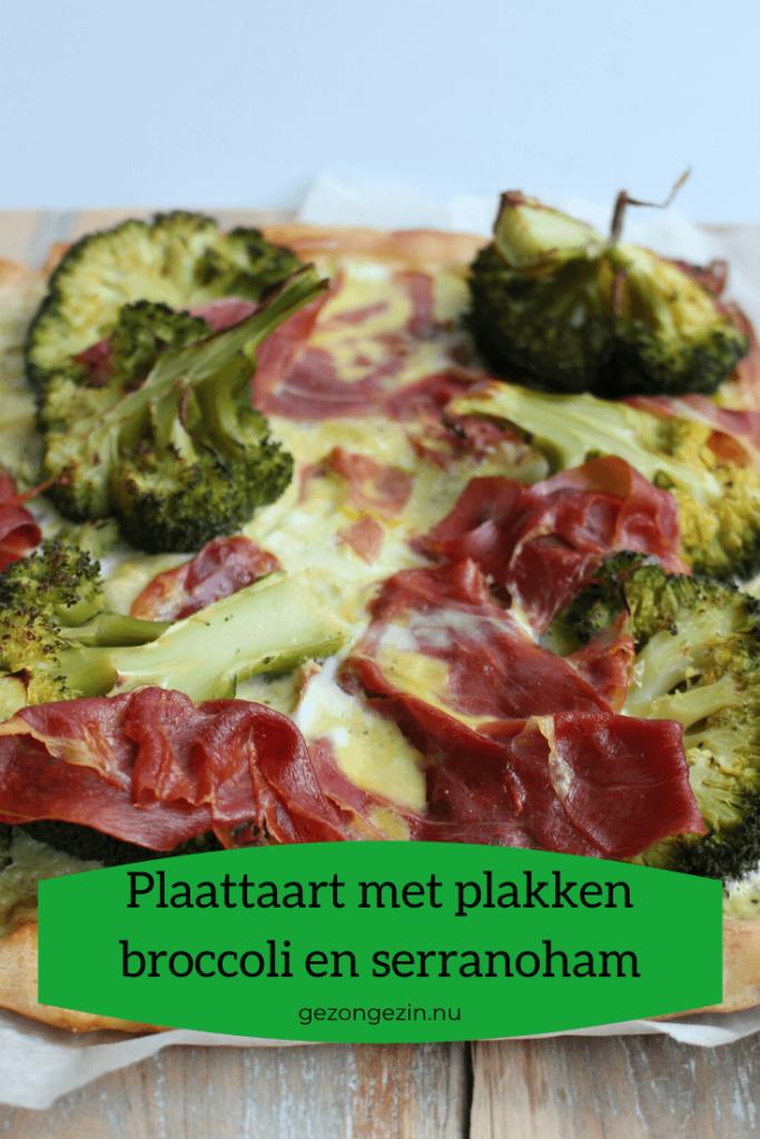 Plaattaart met plakken broccoli en serranoham
