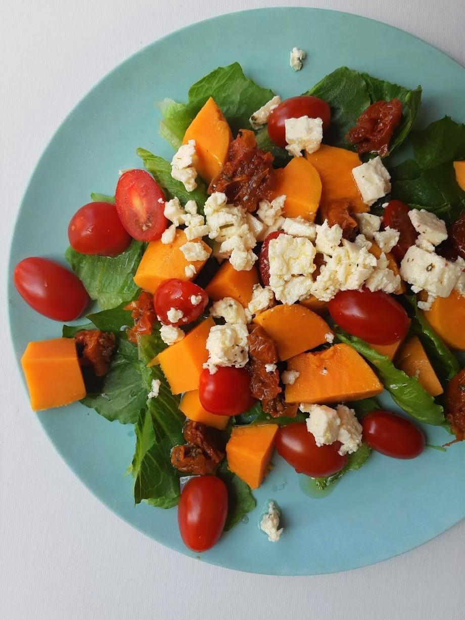 Lauwwarme salade met zoete aardappel, tomaatjes en feta