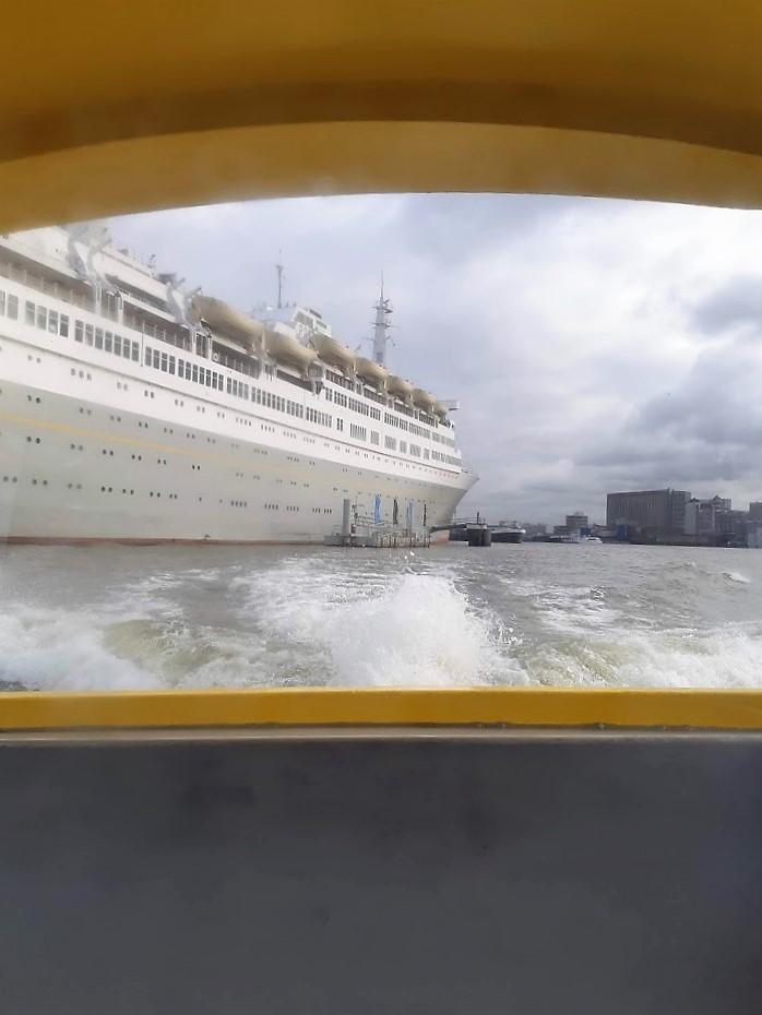 Uitzicht vanaf de watertaxi op de SS Rotterdam