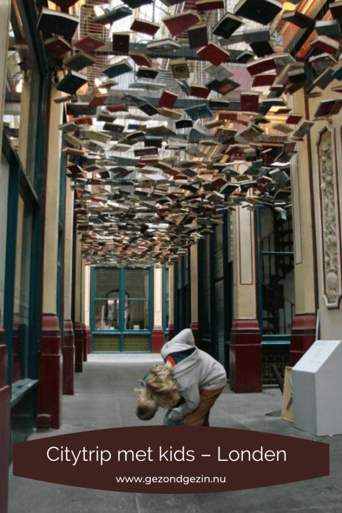 afbeelding om te pinnen, in een steegje met hangende boeken
