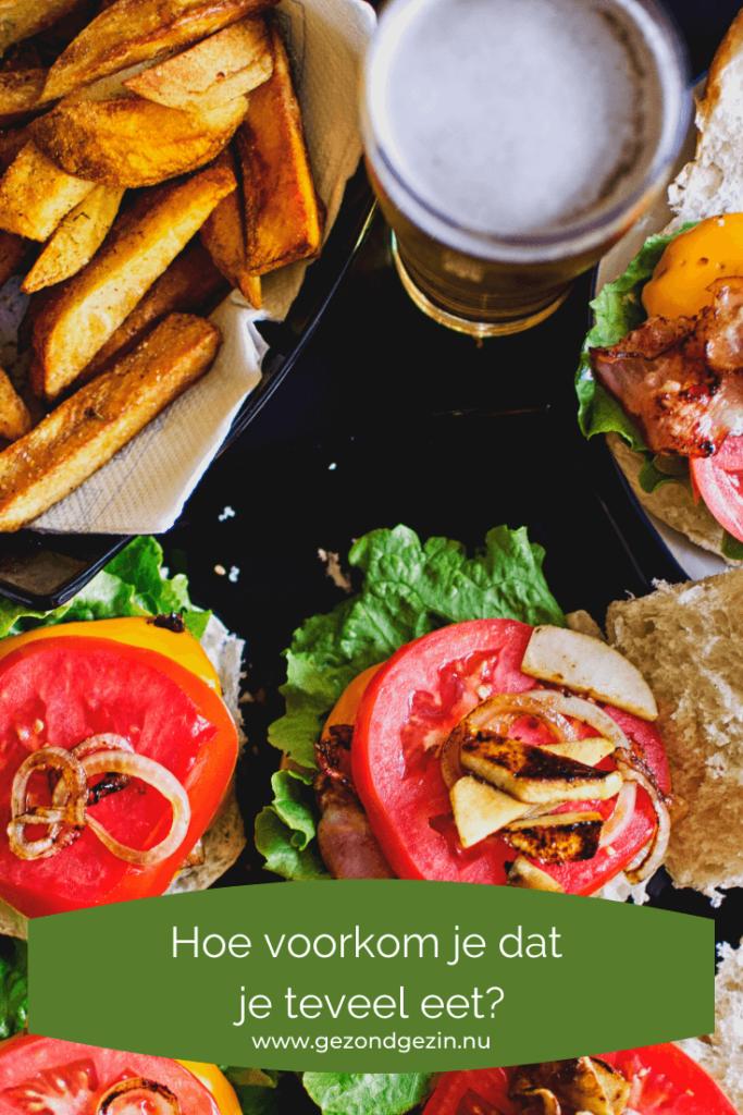 Patat, hamburgers en een glas bier