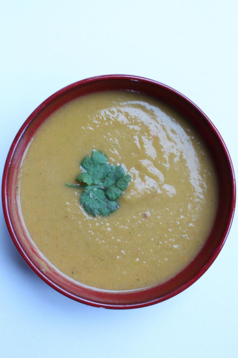 Kruidige soep met bloemkool en zoete aardappel